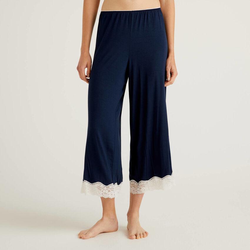 Pantaloni cropped con dettagli in pizzo
