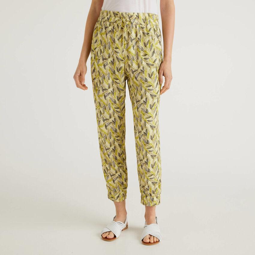 Pantaloni fluidi con stampa botanica