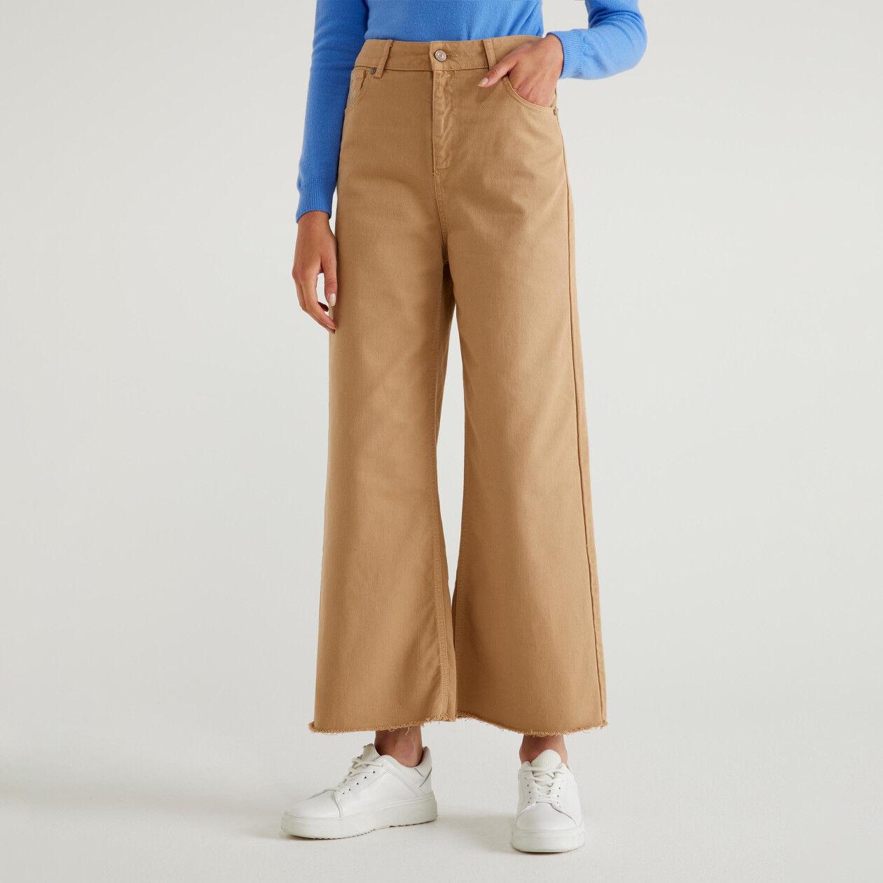Pantaloni cropped sfrangiati