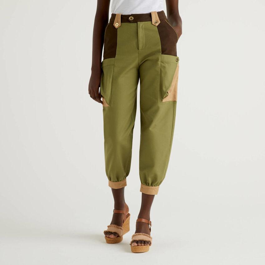 Pantaloni cropped con maxi tasche