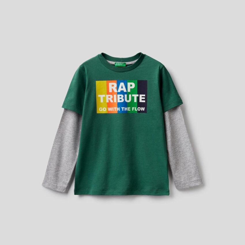 T-shirt verde scuro con manica bicolor