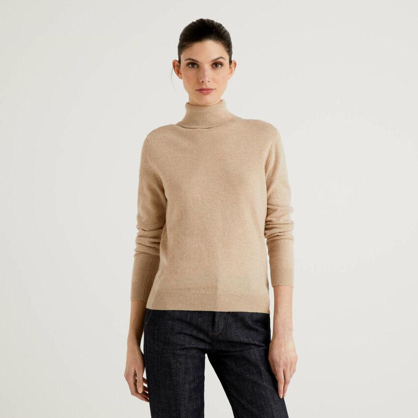 Maglione dolcevita beige in pura lana vergine