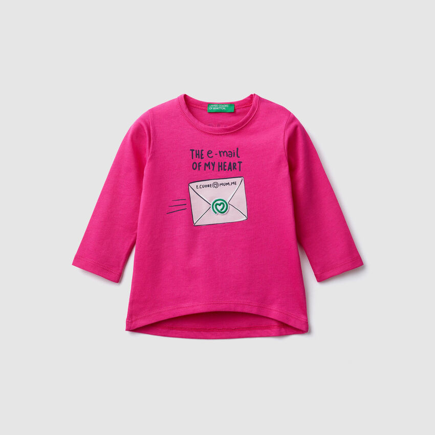 T-shirt con patch e stampe