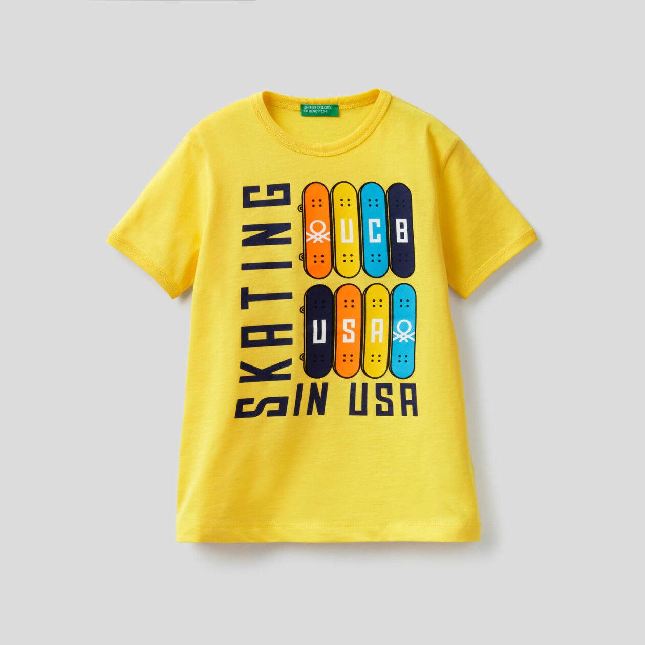T-shirt con maxi stampa skateboard