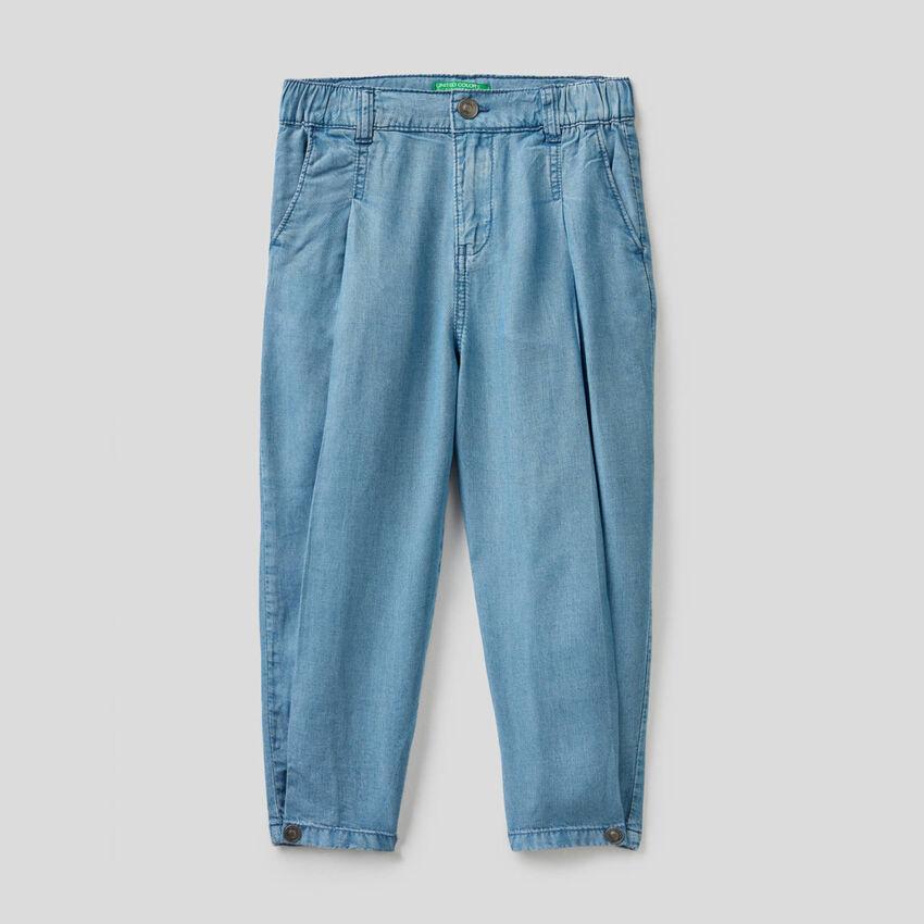 Pantaloni con taglio a carota