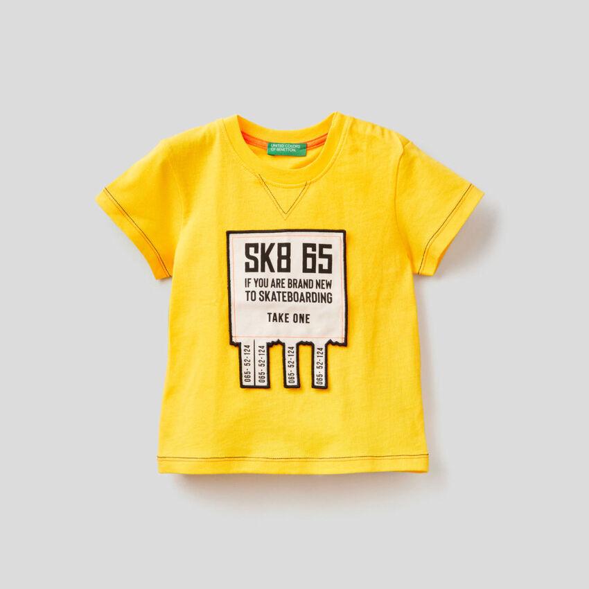 T-shirt con applicazione 3D