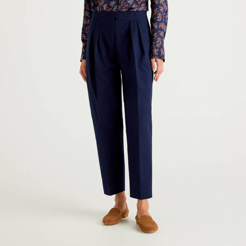 Pantaloni con pieghe in cotone stretch