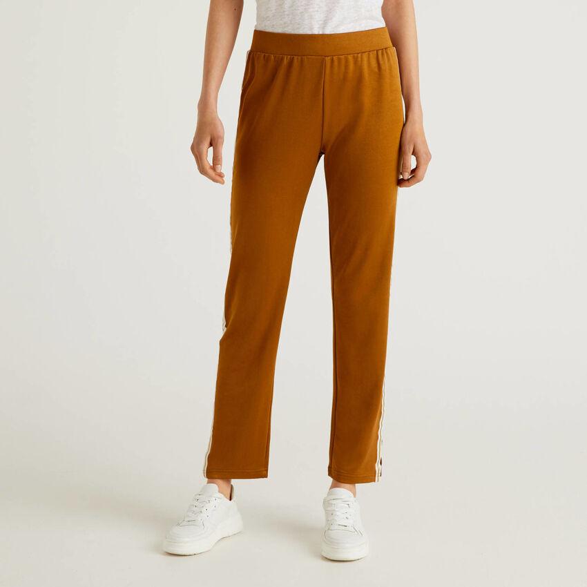 Pantaloni con banda a contrasto
