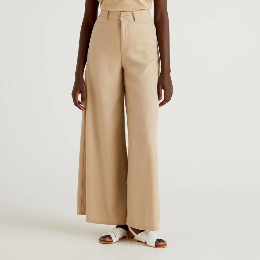Pantaloni con gamba ampia