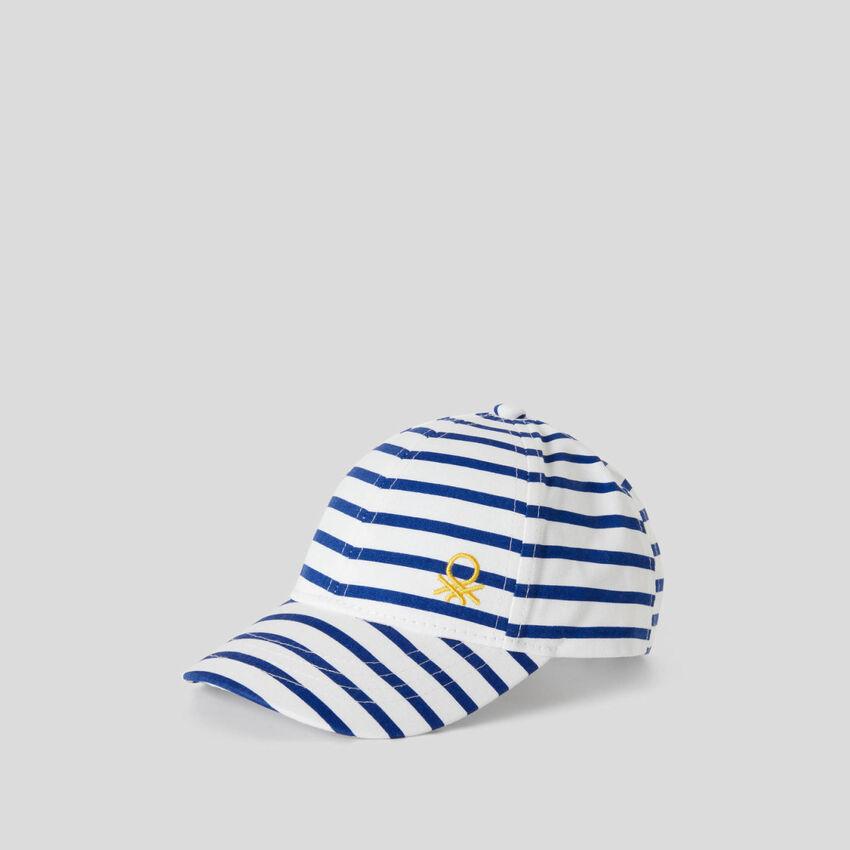 Cappellino a righe bianche e blu