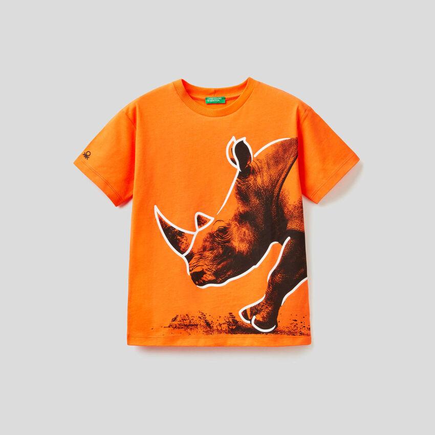 T-shirt arancione con stampa rinoceronte