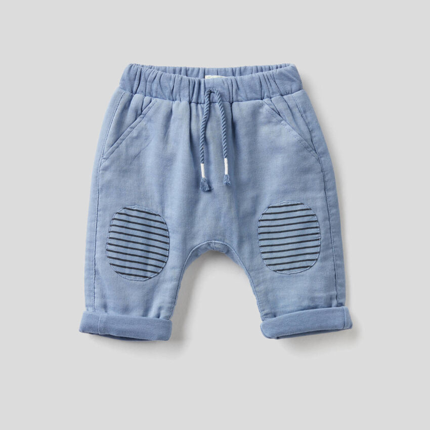 Pantaloni con toppe a righe