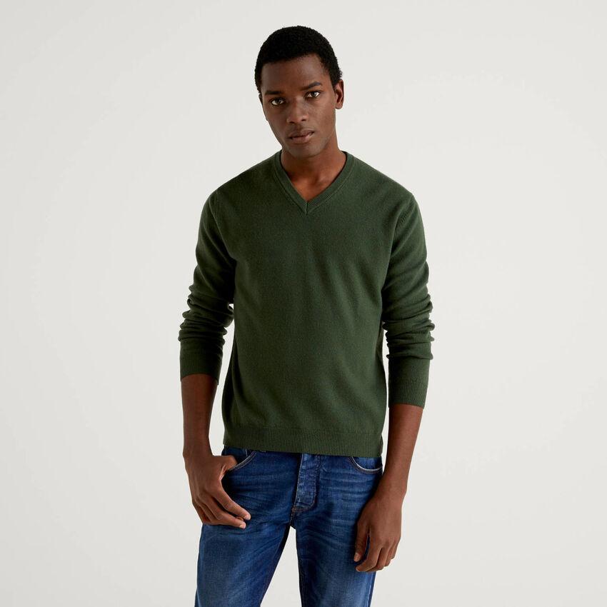 Maglia scollo a V verde militare in pura lana vergine