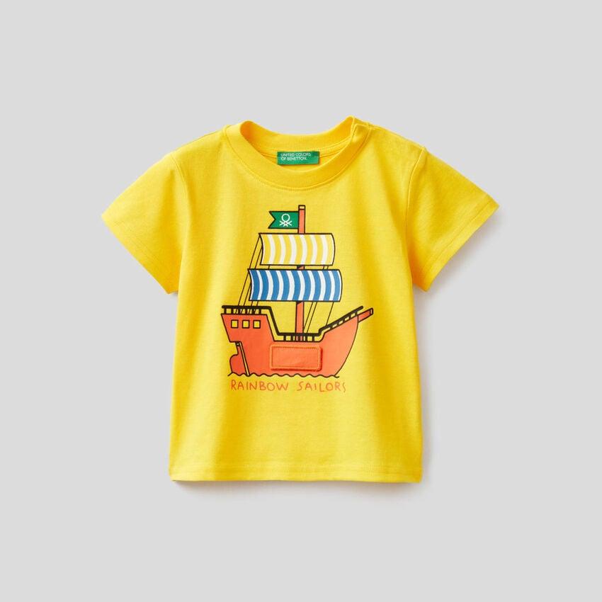 T-shirt gialla con stampa vascello
