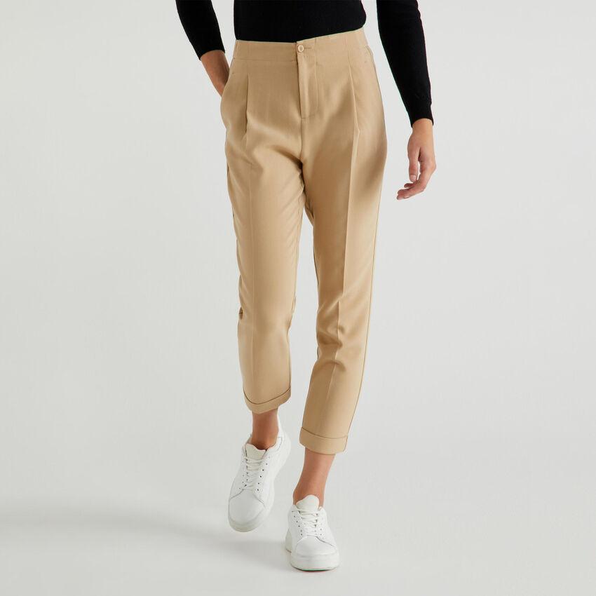 Pantaloni con piega centrale