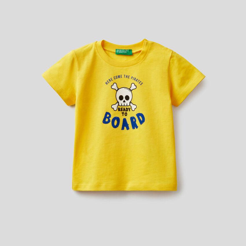 T-shirt in cotone con stampa pirati