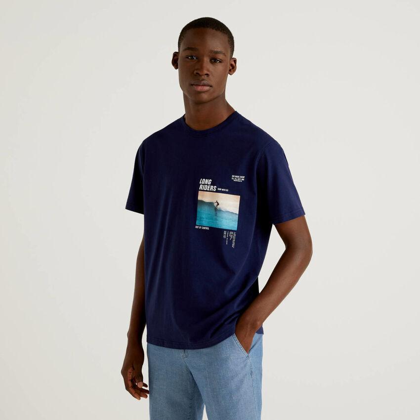 T-shirt blu scuro con stampa fotografica