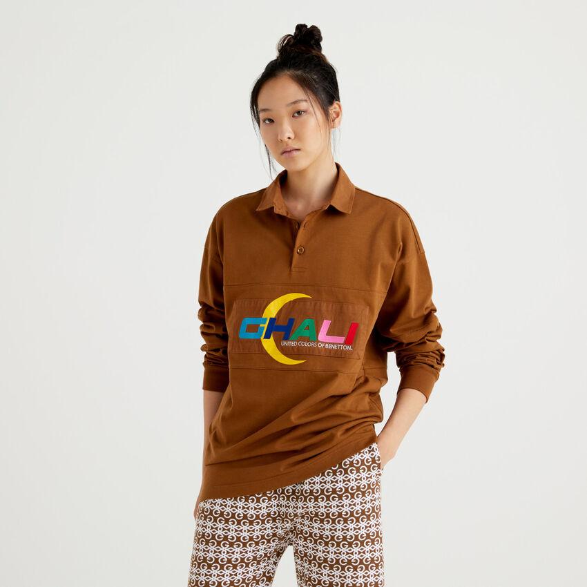 Polo unisex marrone con scritta Ghali ricamata