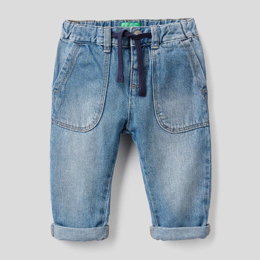 Jeans 100% cotone con maxi tasche