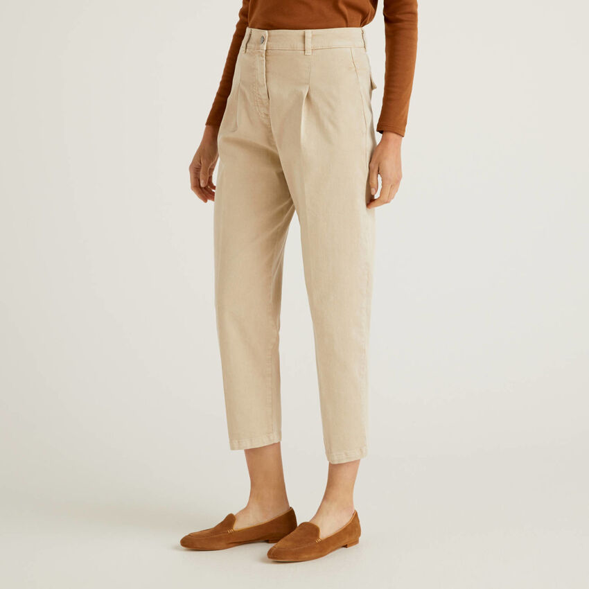 Pantaloni carrot fit con pieghe