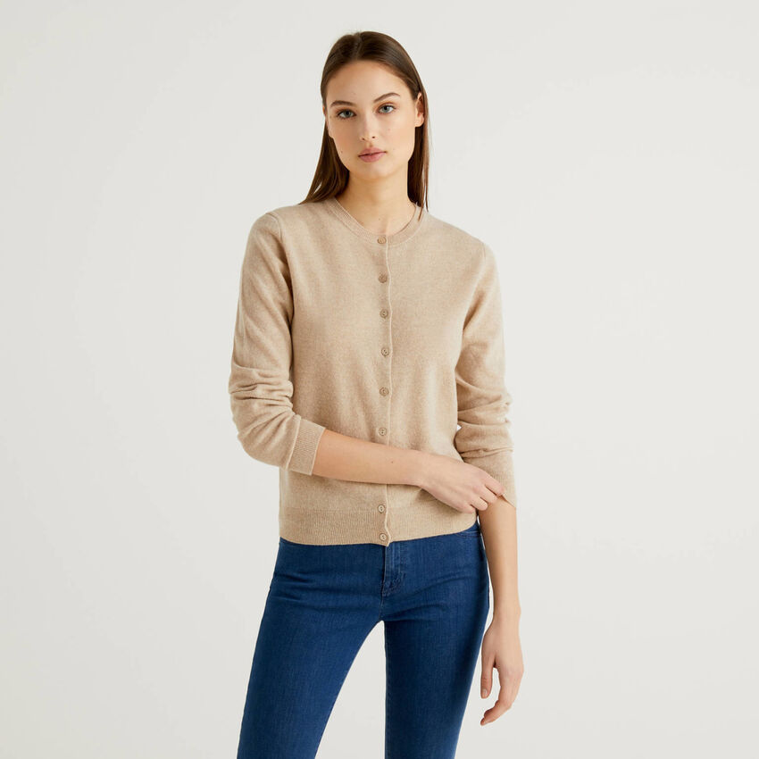 Cardigan girocollo beige in pura lana vergine