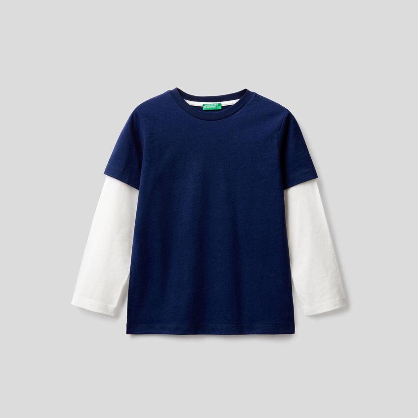 T-shirt blu scuro con manica bicolor