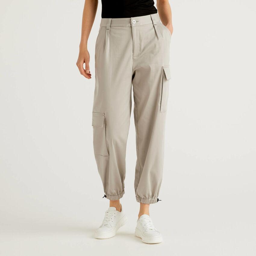 Pantaloni cargo con tasconi asimmetrici