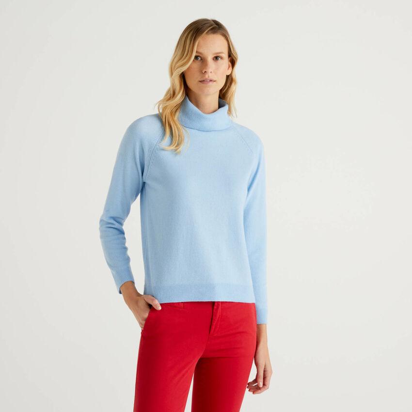 Maglione dolcevita azzurro in misto lana e cashmere