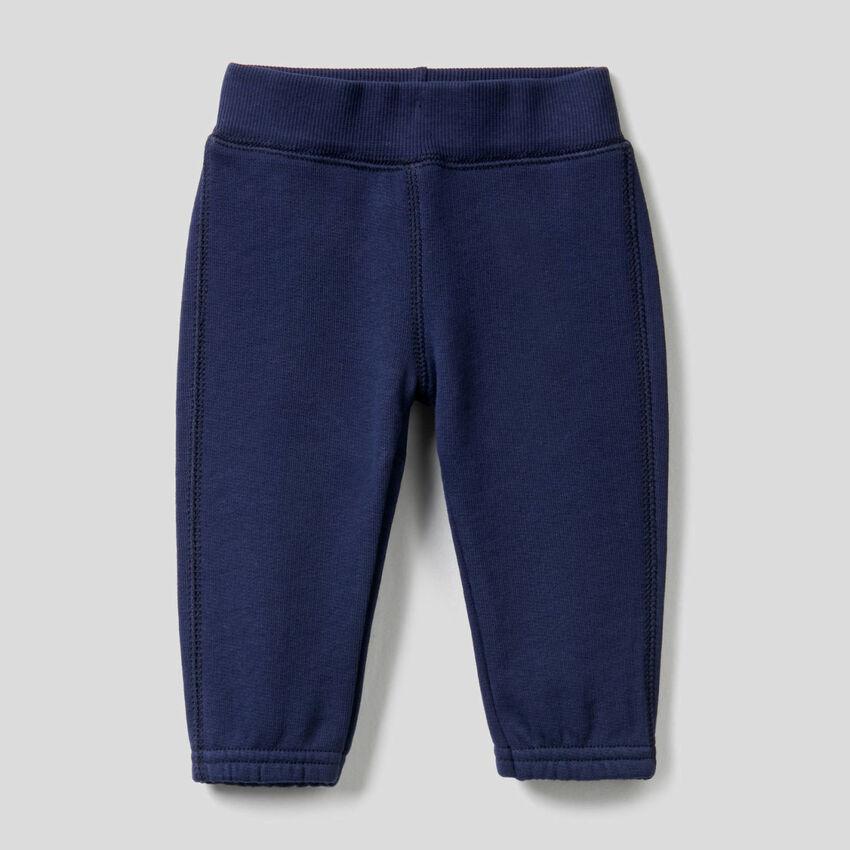 Pantaloni in felpa con ricamo sul retro