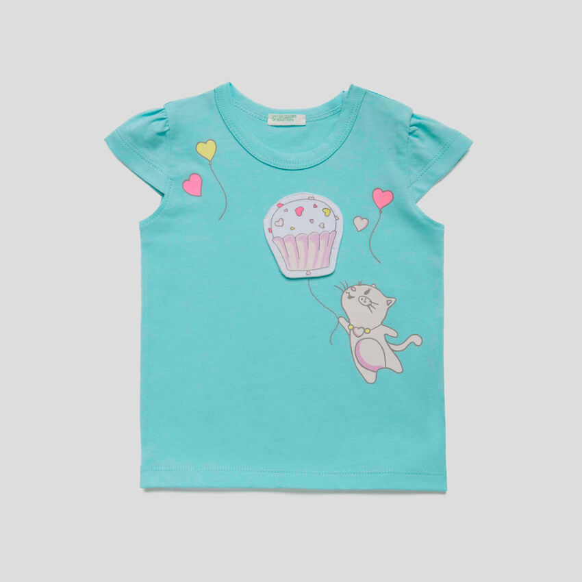 T-shirt con stampa e patch