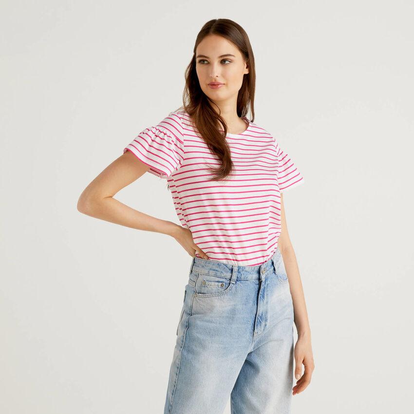 T-shirt a righe con manica arricciata