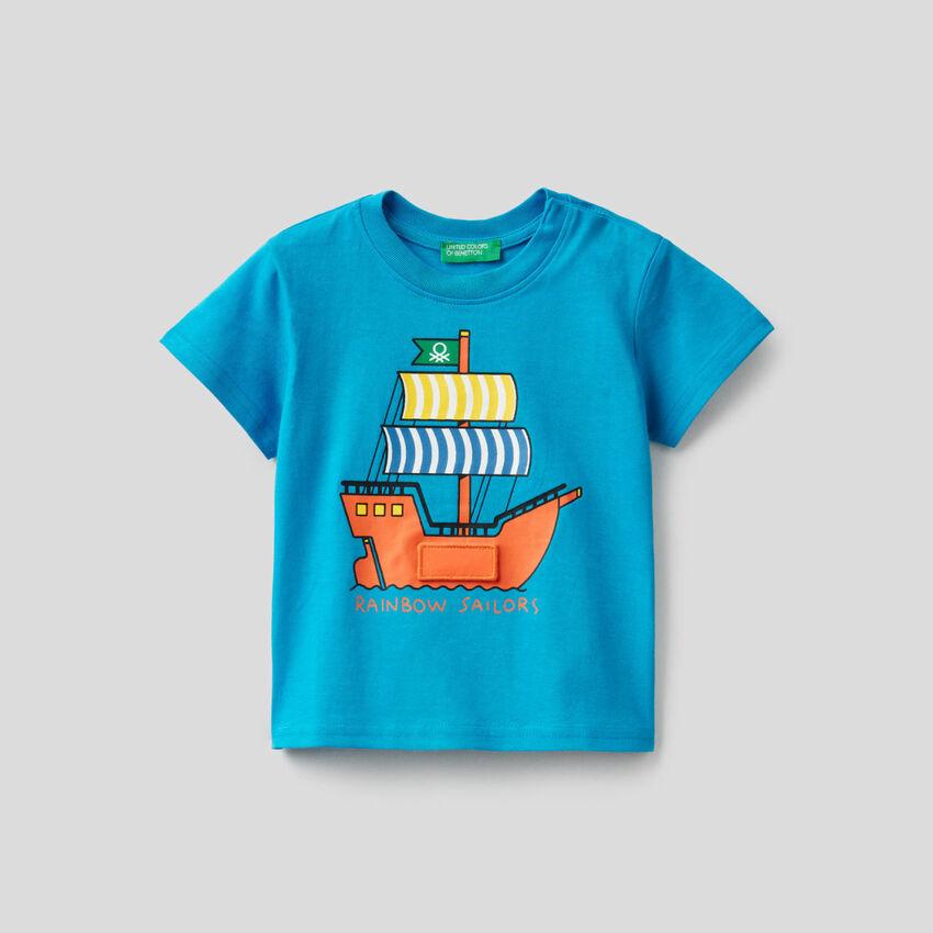 T-shirt azzurra con stampa vascello