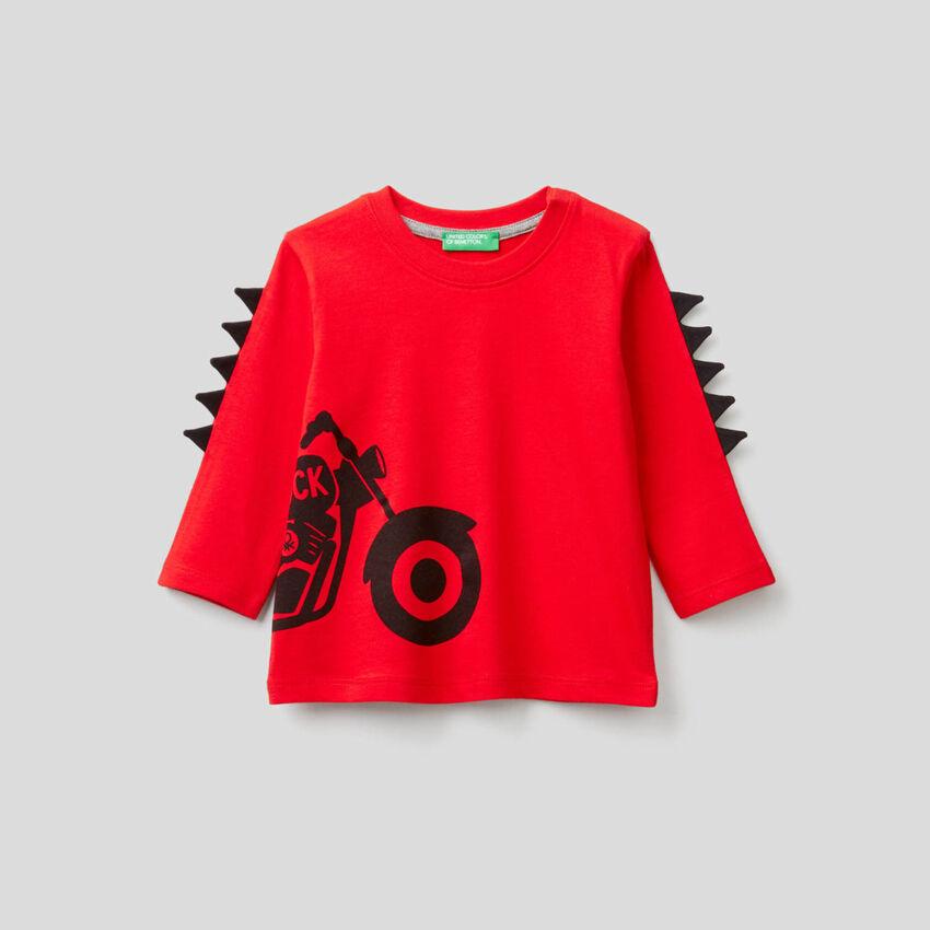 T-shirt con applicazioni 3D