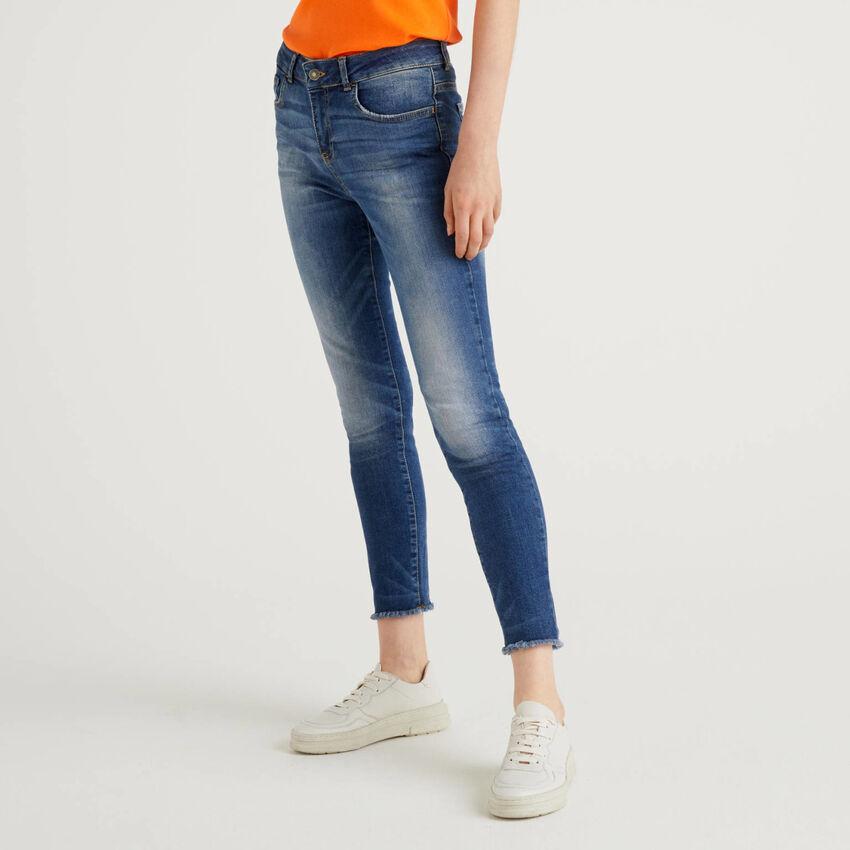 Jeans con fondo sfrangiato