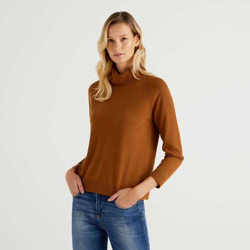 Maglione dolcevita marrone in misto lana e cashmere