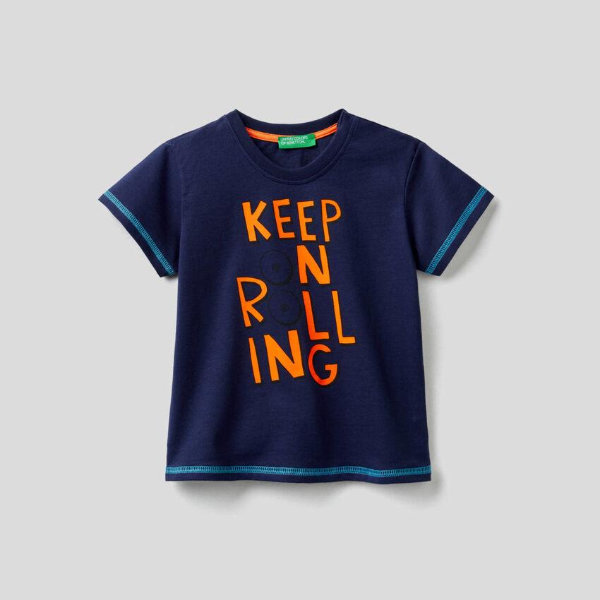 T-shirt in cotone con stampa skateboard