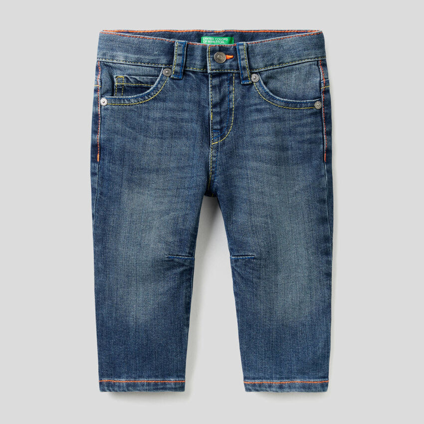 Jeans carrot fit con cuciture fluo