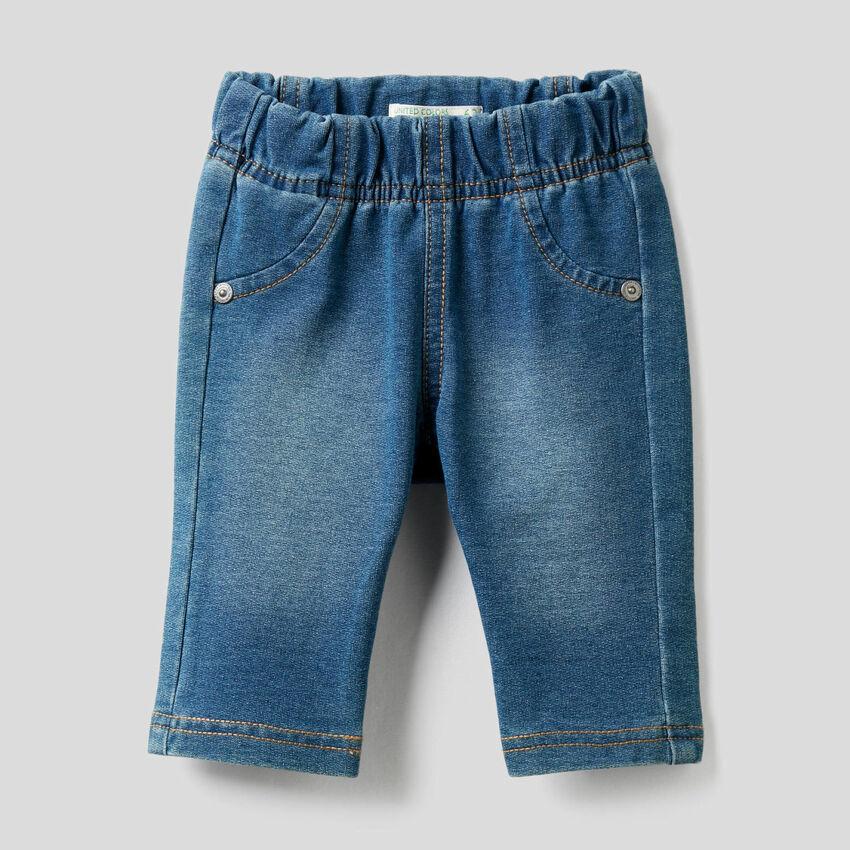 Pantaloni effetto denim con stampa