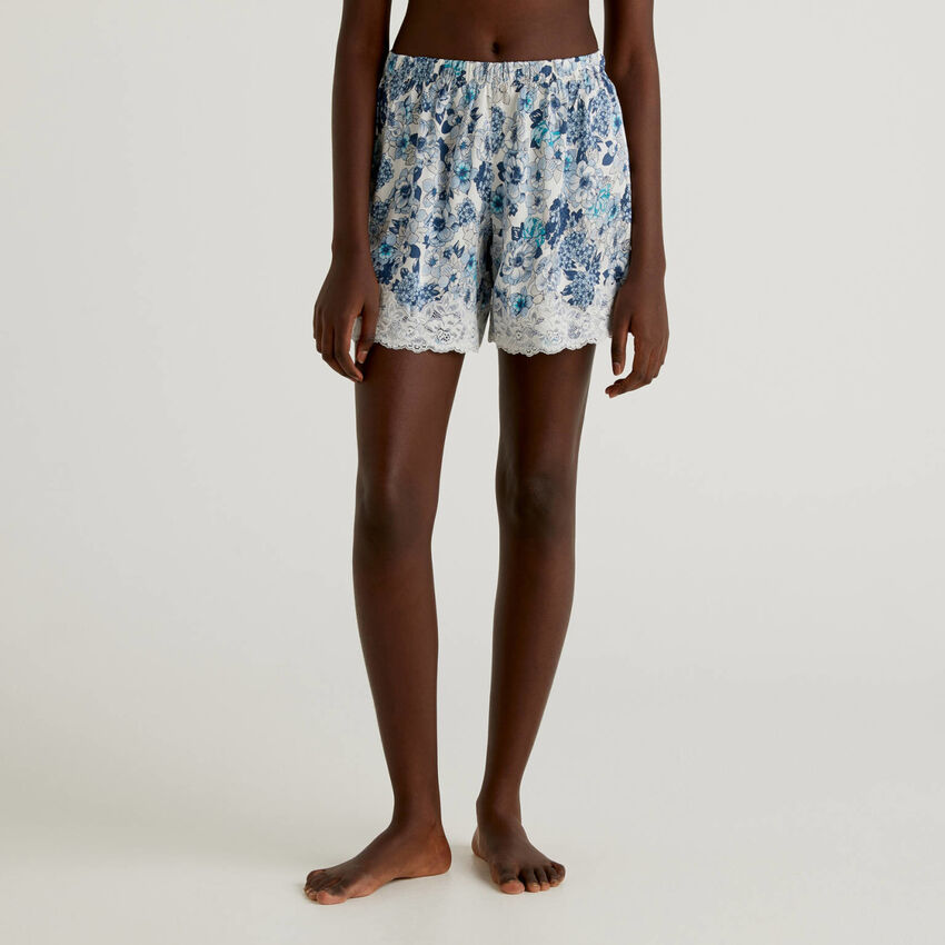 Shorts floreali con pizzo elastico