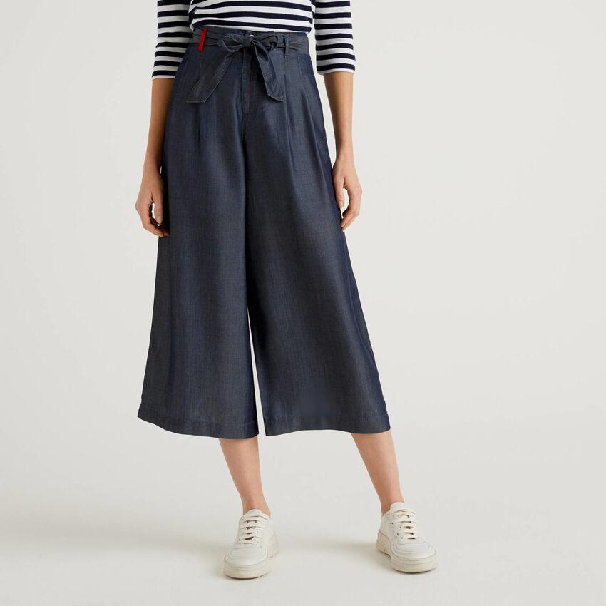 Pantaloni ampi con cintura
