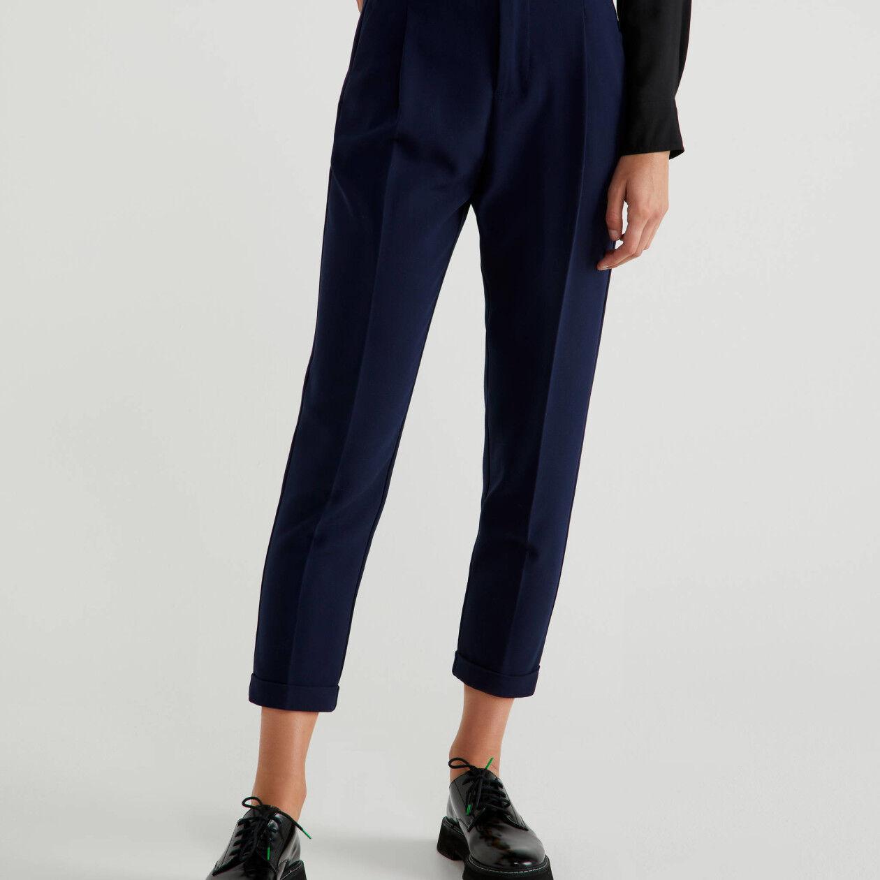 Pantaloni con piega e risvolto