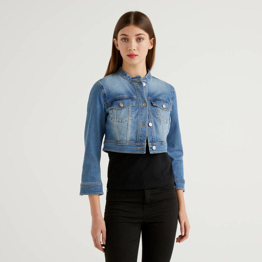 Giubbino cropped in jeans