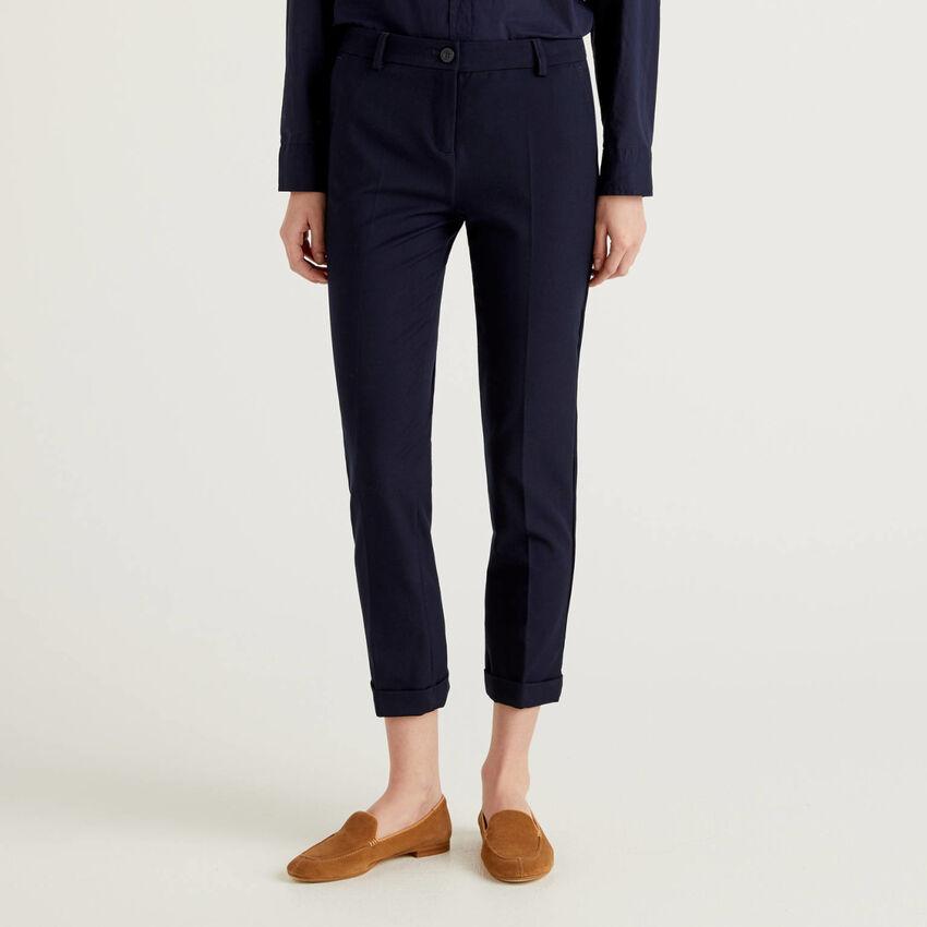 Pantaloni stretch con risvolto