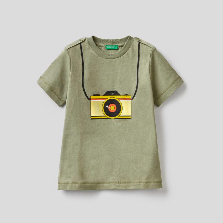 T-shirt verde stampa macchina fotografica