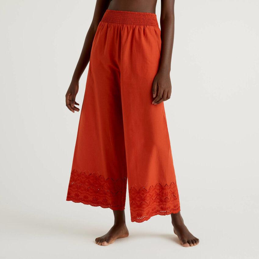 Pantaloni con ricami