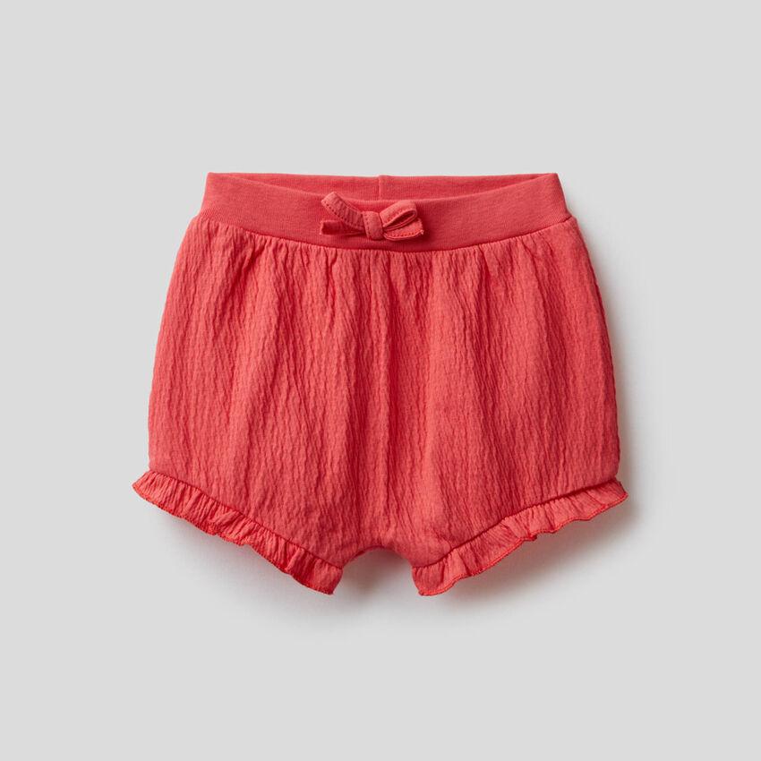 Shorts con volant e ricamo